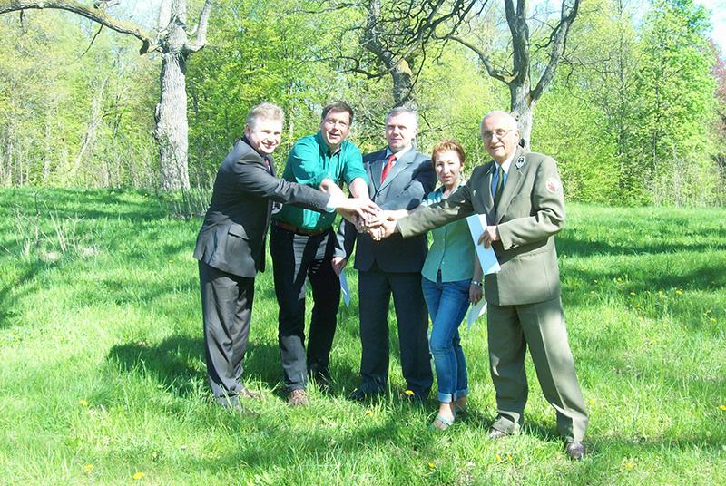 Die Schutzgebietsleiter besiegeln eine Kooperation unseres Nationalparks mit polnischen und weißrussischen Nationalparks und Landschaftsschutzparks.